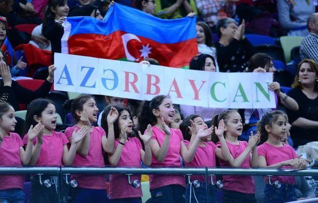 قیزلارین آذربایجان هیمنینی اوخوماسی غرور وئردی – ویدئو