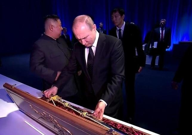 Ким Чен Ын подарил Путину меч - Видео