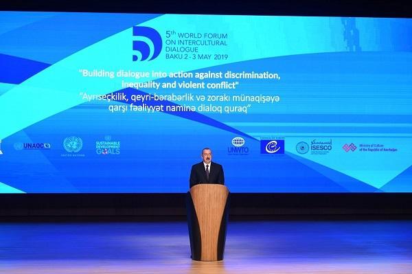 Prezident və xanımı Bakıda mühüm forumda