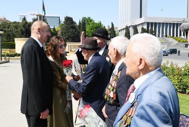 İlham Əliyev və xanımı veteranlarla görüşdü - Foto