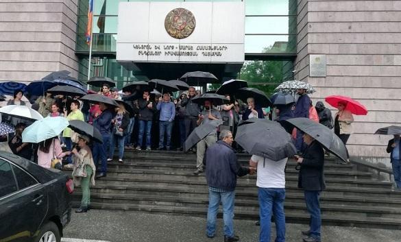 Сторонники Пашиняна начали блокировку зданий судов