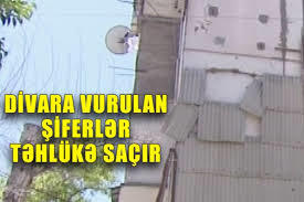 Binanın divarına vurulan şiferlər təhlükə saçır - Video