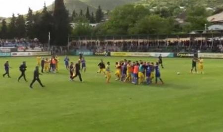 Qonşuda futbolçular arasında kütləvi dava - Foto