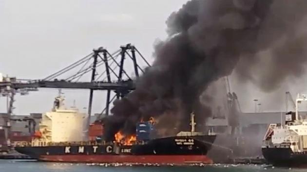 Kimyəvi maddə daşıyan gəmi alışdı: 50 yaralı var