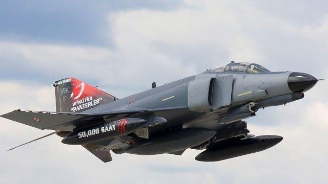 Türk qırıcısında nasazlıq: pilotlar tullanaraq xilas oldu