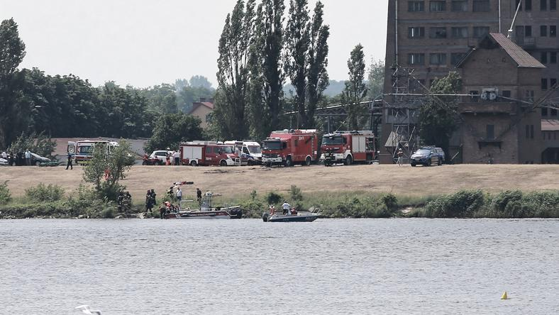 Самолет упал в реку во время авиашоу
