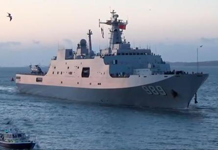 Китай спустил на воду большой десантный корабль