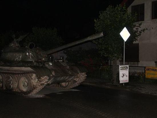 Sərxoş kişi şəhərdə tank sürdü - Video