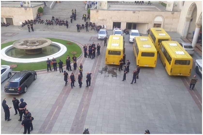 Gürcülər rus deputatlara su qabı atdılar - Foto