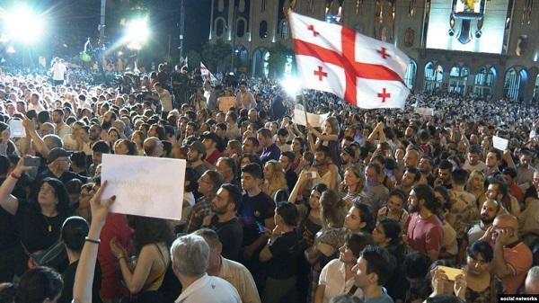 Tiflis yenə çalxalanır: Parlament binası önündə aksiya