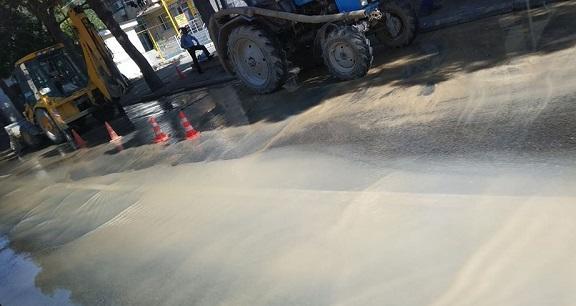 В Шабране лопнула канализация, местность охватило зловоние
