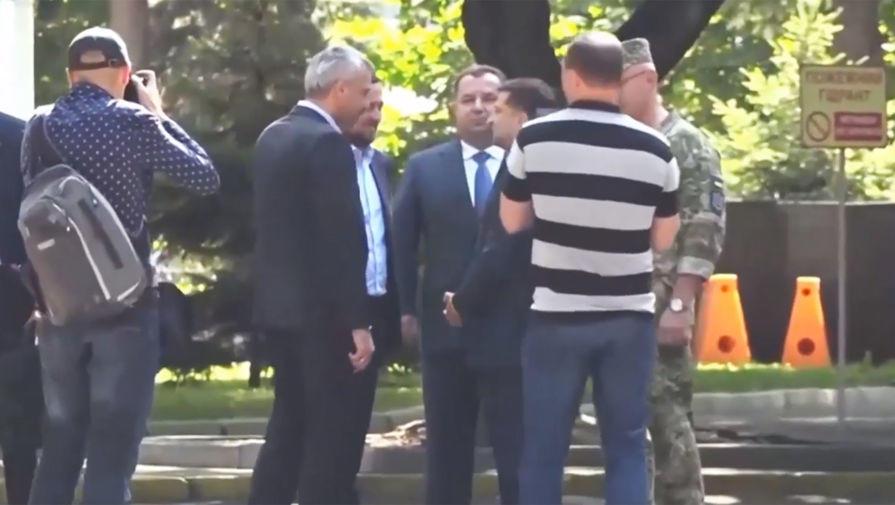 Зеленский толкнул министра - Видео