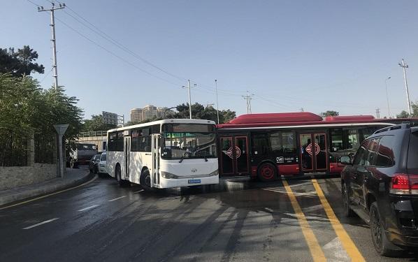 Avtobus qəza törətdi, marşrutlar xətdən çıxdı