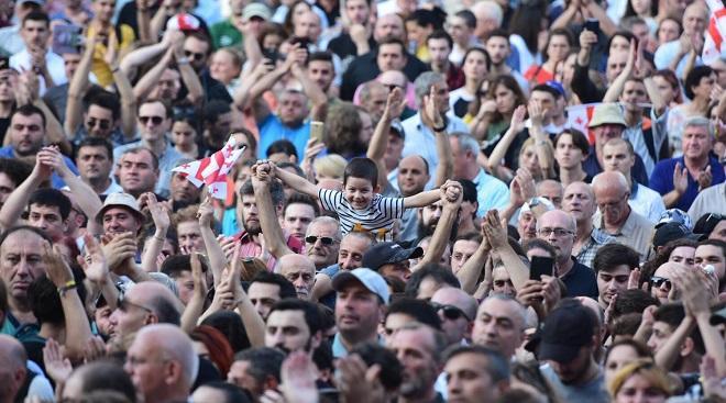 Lebanon's protests continue awaiting PM's economic plan