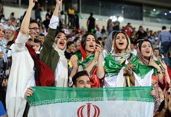 """Stadiona """"saqqal""""la girən qızlar azad edildilər"""