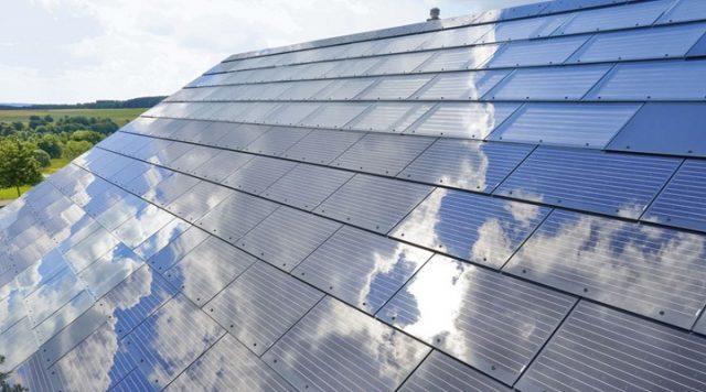 """Tesla начнет продавать """"солнечную"""" крышу"""