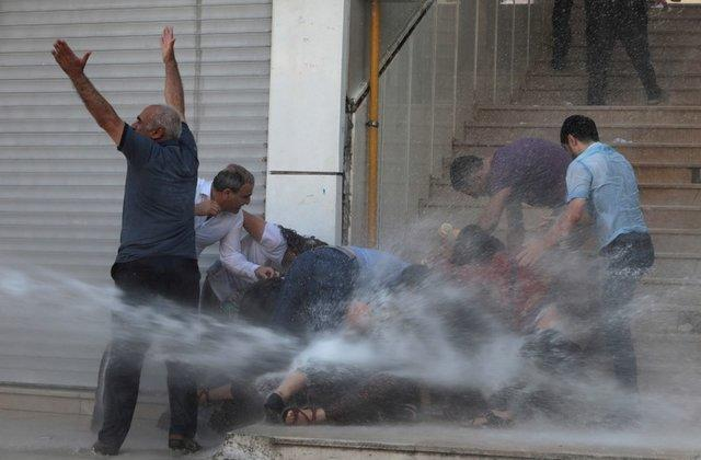 Turkish police use water cannon, on Kurdish protesters