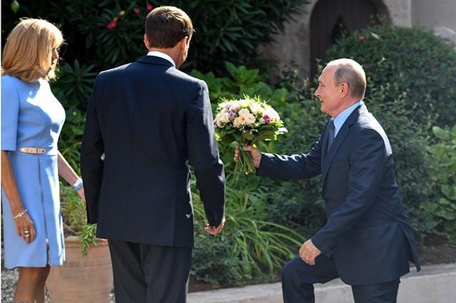Putin Makronun arvadına tərif yağdırdı - Video
