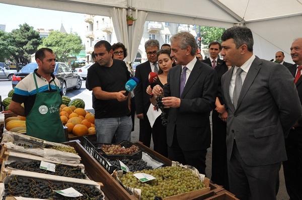 """Əli Əhmədov və İnam Kərimov bazarda: """"Bu qiymətə kartof olmaz"""""""