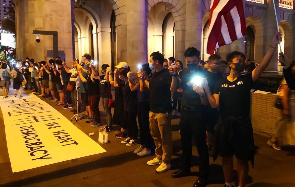 Жители Гонконга образовали живые цепи, взявшись за руки