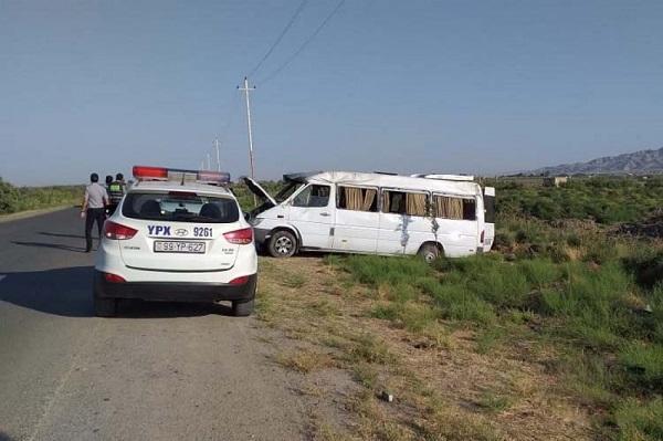 Hacıqabulda mikroavtobus qəzası: yaralananlar var - Foto