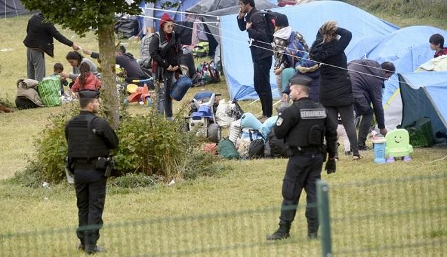 France evacuates 900 migrants from camp