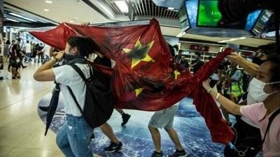 Hong Kong: China flag desecrated as fresh unrest erupts