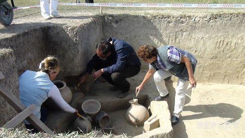 Yol təmiri zamanı qədim əşyalar üzə çıxdı - Video