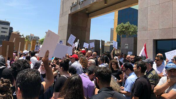 People hold anti-government protest in Beirut -