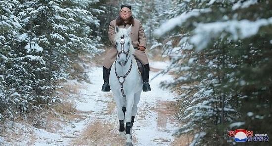 Ağ atlı Kim Çen İn - Foto