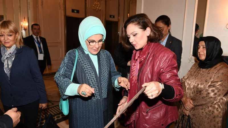 Азербайджанка подарила супруге Эрдогана свою картину