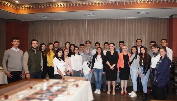 Gürcü nazir azərbaycanlı gənclərlə görüşdü - Foto