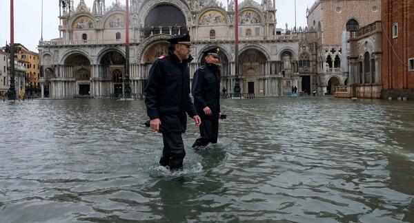 В Италии непогода привела к закрытию школ и дорог