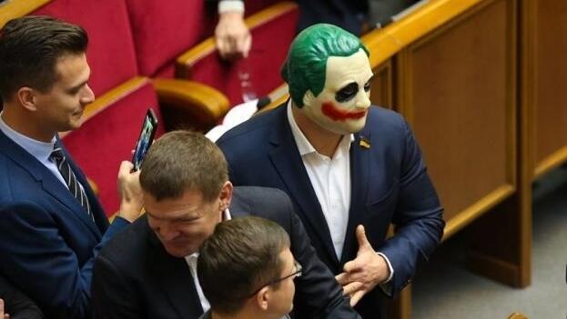 Депутат пришел в Раду в маске Джокера