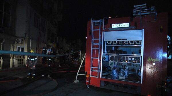 Bakıda gecə yanğını: FHN 77 nəfəri xilas etdi - Foto