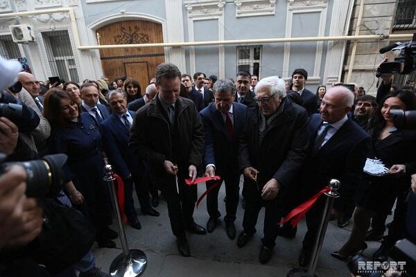 Mirzə Cəlilin nəticəsi Bakıya gəldi, açılış etdi - Foto