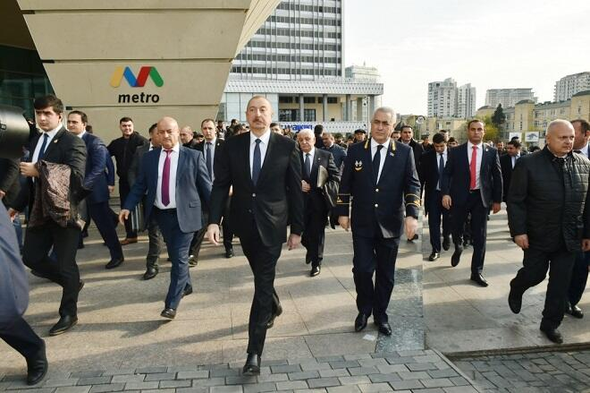 Ilham Aliyev talks to Baku residents, takes selfie -
