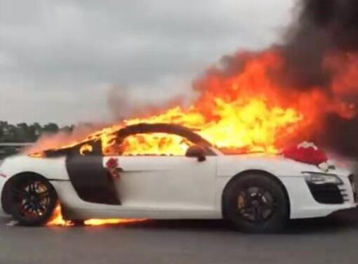 Bakıda gəlin maşını yandı - Video