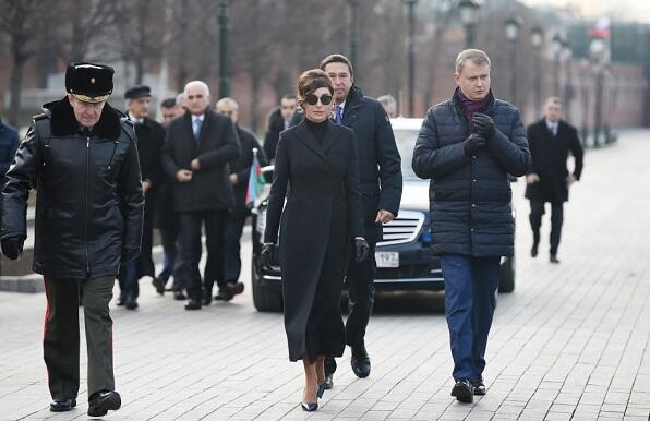 Мехрибан Алиева посетила могилу неизвестного солдата в Москве
