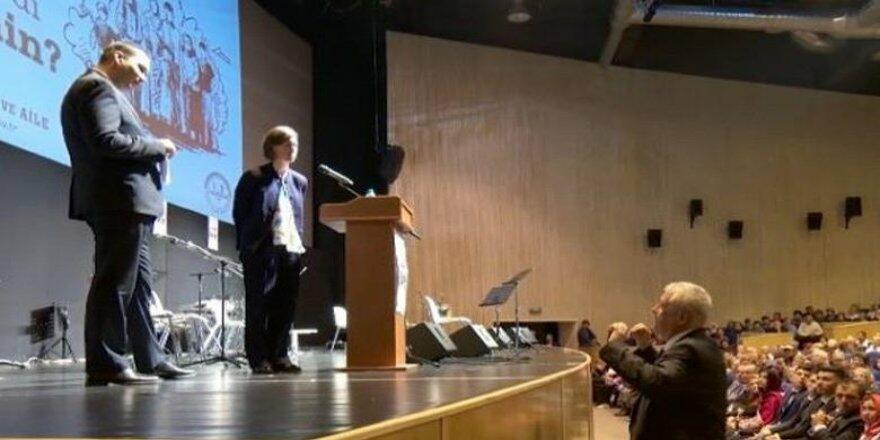 Türk konsul amerikalı diplomatı kürsüdən endirdi - Video