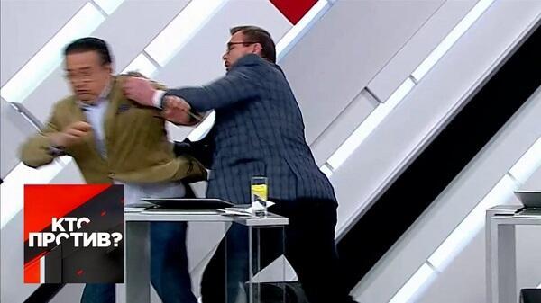 """""""Rossiya""""da əlbəyaxa dava: amerikalı yerə sərildi – Video"""