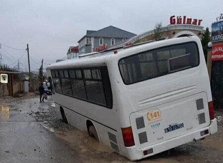 Xırdalanda avtobus yeni qazılmış yolda batdı - Foto