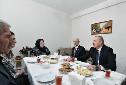 İlham Əliyev sakinlərlə çay süfrəsi arxasında... - Foto