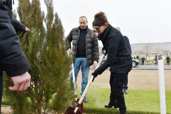 Президент и Первая леди на акции по посадке деревьев