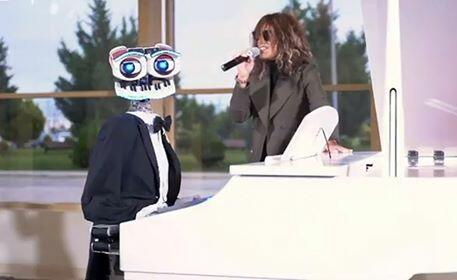 Röya italiyalı robotla mahnı oxudu - Foto
