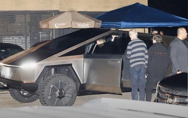 ایلون ماسک الکتریکلی پیکاپی ایله لوس-آنجلس کوچهلرینده… - فوتو
