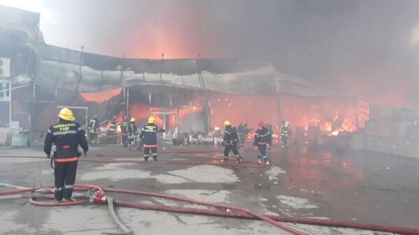 В Баку горит ТЦ: к тушению привлечены вертолеты - Видео