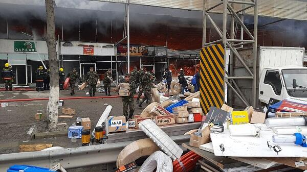 На горящем рынке в Баку поймали мародеров