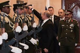 Putin qvardiyaçının papağını yerdən qaldırdı və... - Video