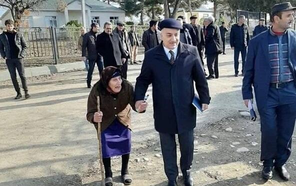 """Namizədlər niyə """"əl öpür"""" - Ekspert"""